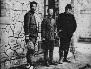 L'abbé Breuil à Choukoutien avec le Dr Pei inventeur du Sinanthrope (The Abbé Breuil préhistorian, Alan Houghton Brobroderick, Huchinson of London 1963)