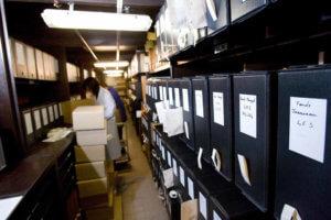 Préparation matérielle des fonds: remplacement des anciens cartons par des boites de conservation adaptées © cliché A.M. Bordeaux - photographe Quentin Salinier