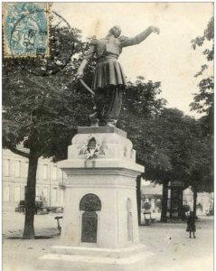 Photo 2 - Le Capitaine de Géreaux, surnommé par les paysans Lo gueite s'i plau. Statue de Granet