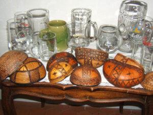 La bière, une boisson, divers contenant : chopes, verres, calebasses à bière de mil (Cameroun)